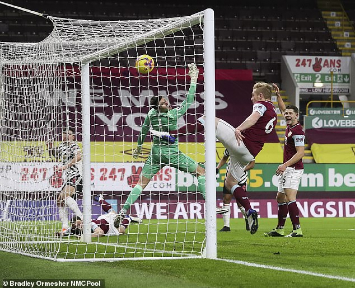 Ngoài tình huống gây tranh cãi của Luke Shaw, VAR và trọng tài Kevin Friend còn từ chối bàn thắng của MU ở cuối hiệp 1 vì cho rằng Harry Maguire đã phạm lỗi với cầu thủ Burnley trước khi đưa bóng vào lưới.