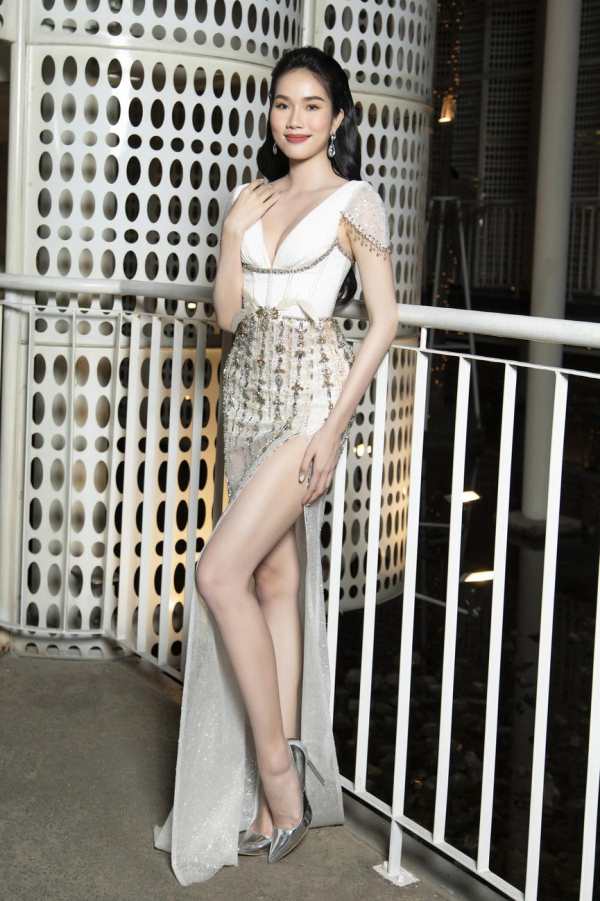 Á hậu Phương Anh diện bộ váy trắng đính kết cầu kỳ khoe chân dài nóng bỏng.