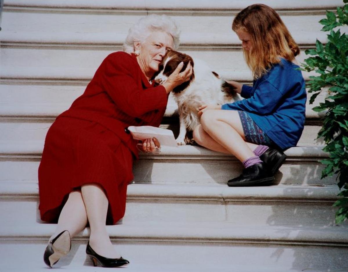 Gia đình Tổng thống George H.W. Bush nuôi vài chú chó trong Nhà Trắng. Trong ảnh, đệ nhất phu nhân Barbara và cô cháu gái đang ôm chú chó Millie ở bậc thềm Nhà Trắng.
