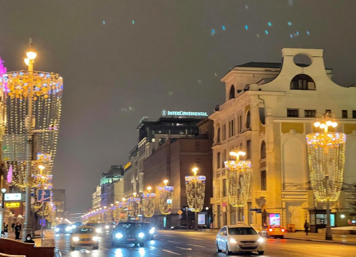 Phố Tver ở trung tâm thủ đô được trang hoàng bằng những chiếc ly kết từ đèn chiếu sáng.