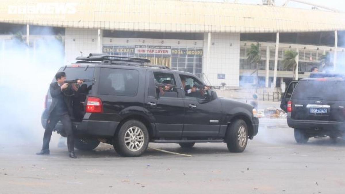 Khi xuất hiện nhóm khủng bố tấn công nguyên thủ, lực lượng cảnh vệ đi trên chiếc Ford dùng súng AK hỗ trợ, bảo vệ từ phía sau và hai bên, xả súng về phía đối phương.