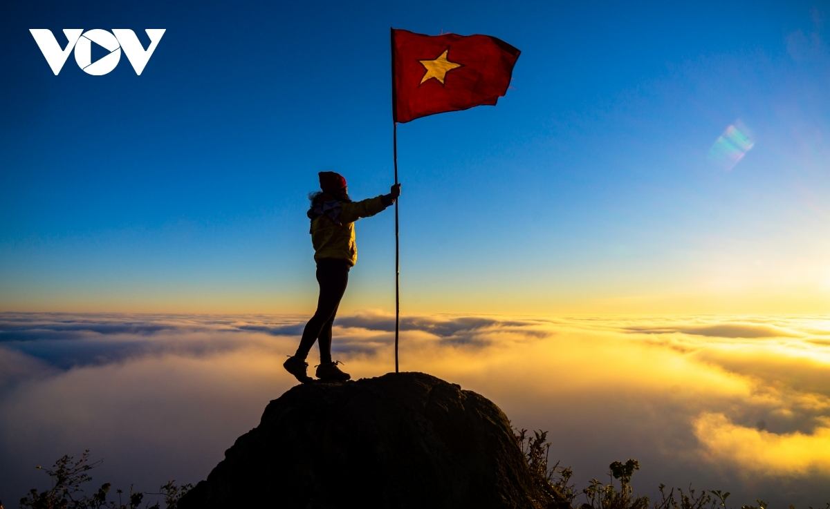 Muoi mountain can be considered the most beautiful spot in which to catch a glimpse of the sunset and sunrise from when making the journey to Bach Moc Luong Tu.