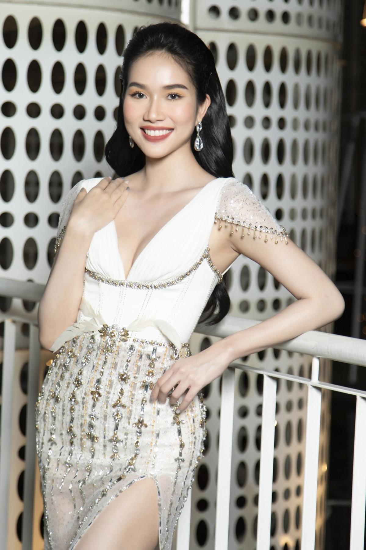 Bộ váy xẻ sâu giúp nàng Á hậu xinh đẹp khoe được vòng một nóng bỏng.