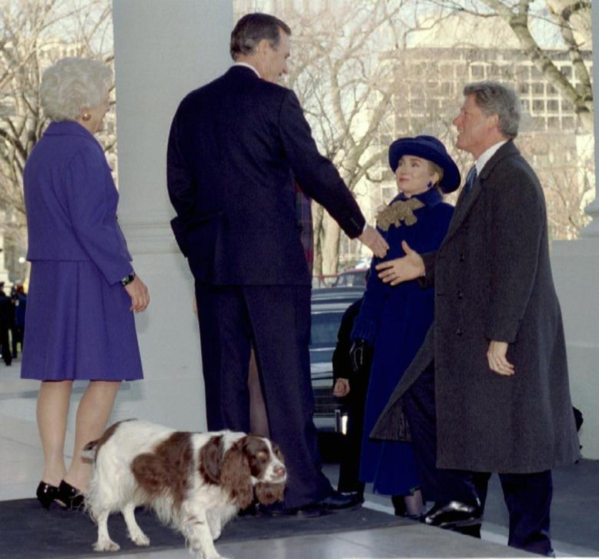 Tổng thống đắc cử Bill Clinton bắt tay Tổng thống George Bush khi ông cùng phu nhân Hillary tới Nhà Trắng ngày 20/1/1993. Bên trái là Đệ nhất phu nhân Barbara Bush và chú chó Millie ở phía sau.