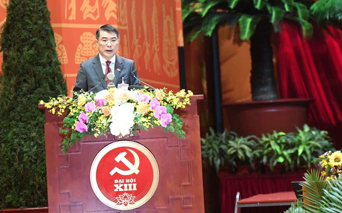 Le Minh Hung, chief of the Party Central Committee's Office, delivers the draft working agenda of the congress