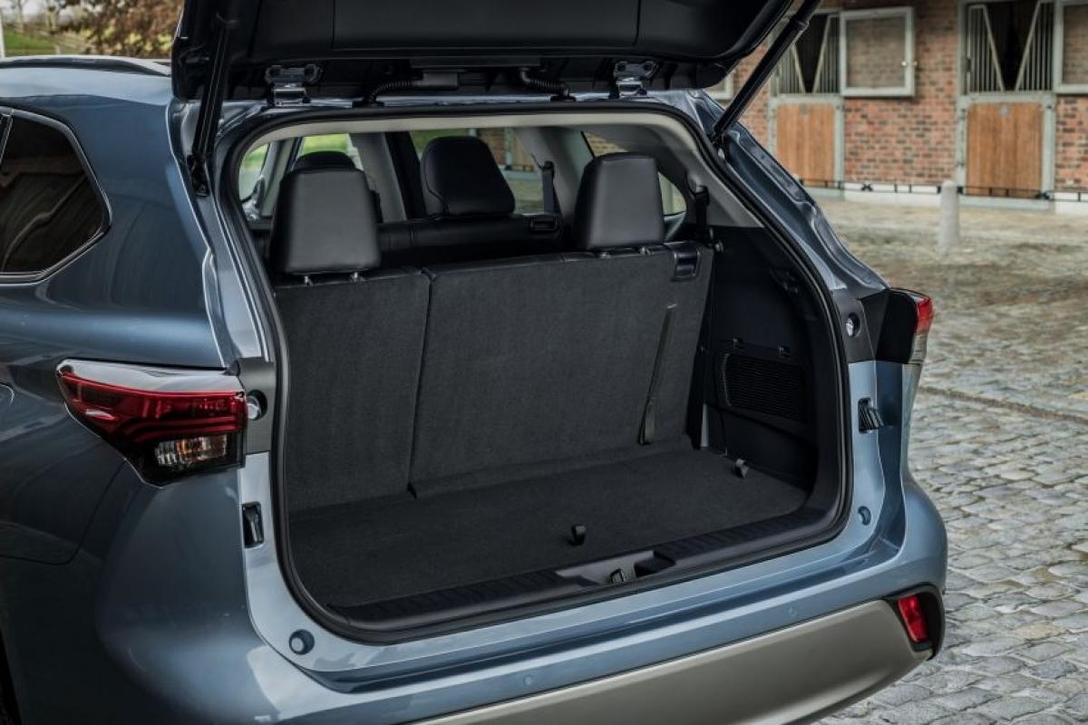 Dấu ấn mà chiếc xe mang lại là tính thực dụng, thật vậy hàng ghế thứ 2 có khoảng trượt 180 mm, không gian cốp 332 L khi chưa gập hàng ghế thứ 3, khoang chứa đồ dưới sàn 27 L và 1.909 L khi tất cả ghế được gập xuống.
