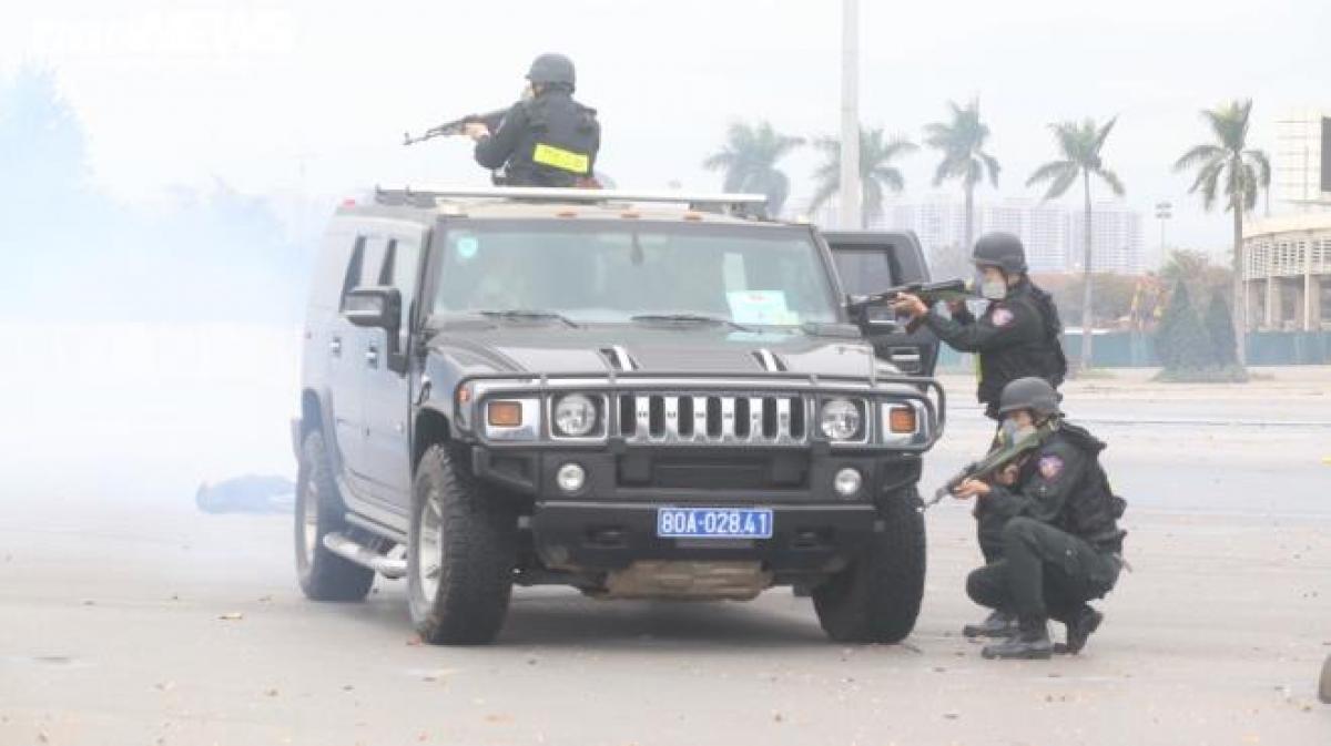 Cảnh sát cơ động đặc nhiệm trên xe Hummer tiếp cận sát vị trí nhóm khủng bố, dùng súng liên tiếp bắn trả, khiến nhiều tên bị tiêu diệt.
