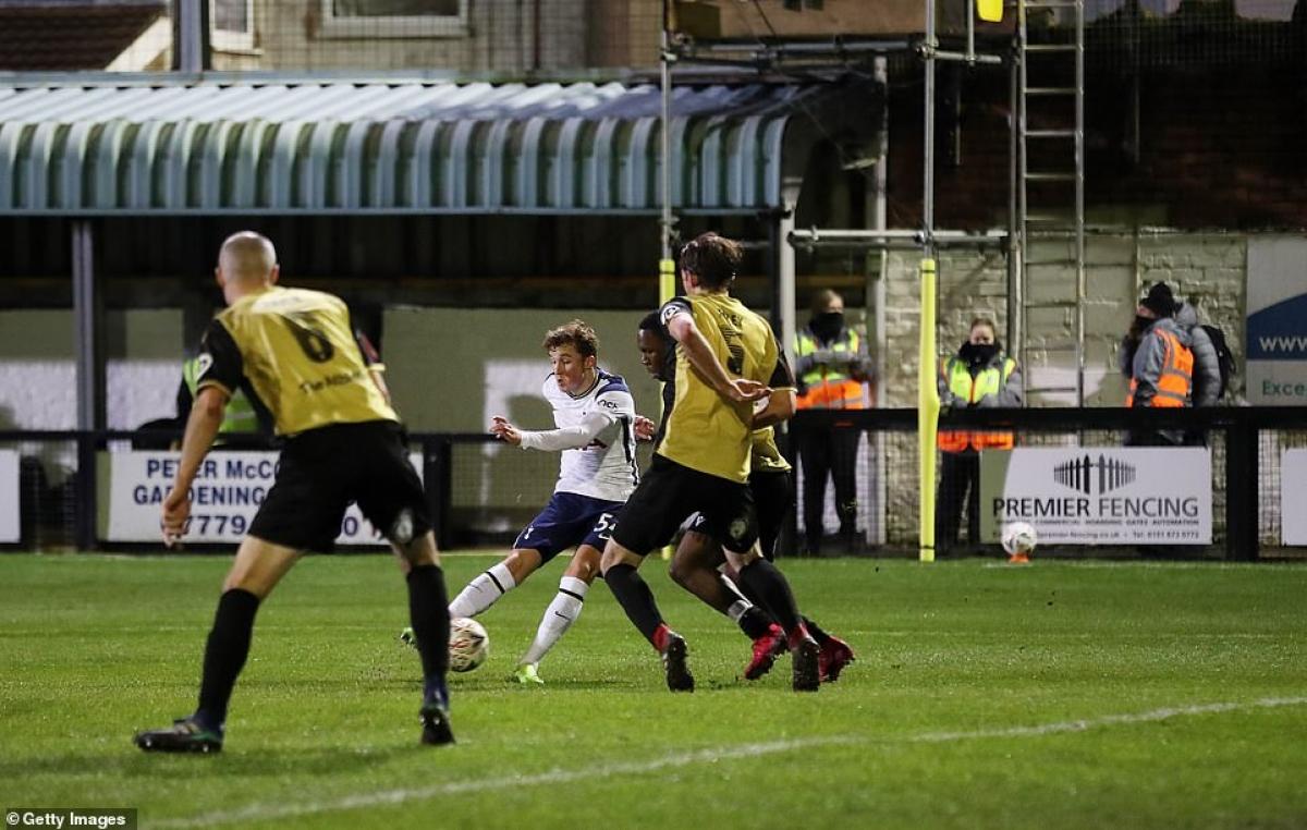 Tài năng trẻ 16 tuổi Alfie Devine ghi bàn ấn định chiến thắng 5-0 trong trận ra mắt Tottenham.