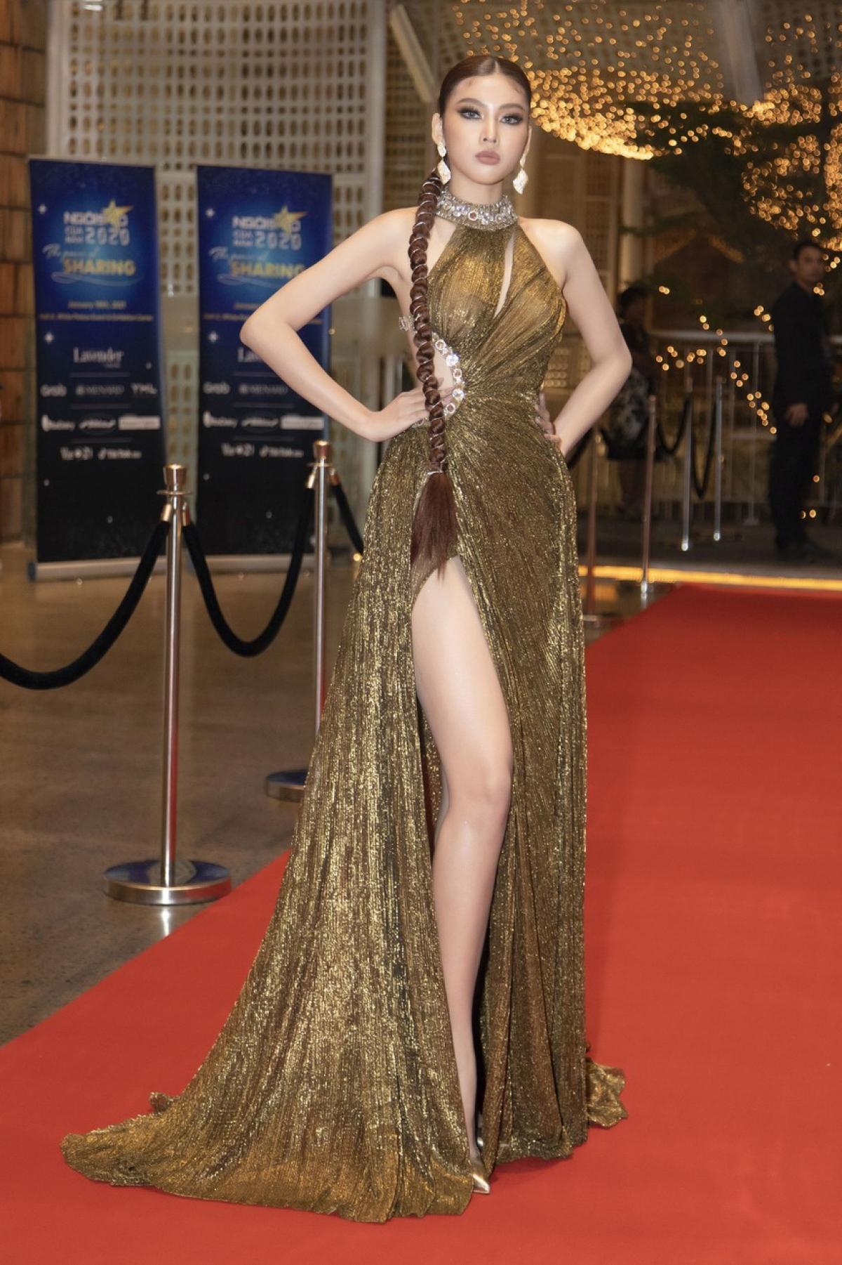 Á hậu Ngọc Thảo diện váy tông màu đồng lấp lánh khoe đôi chân dài nóng bỏng.
