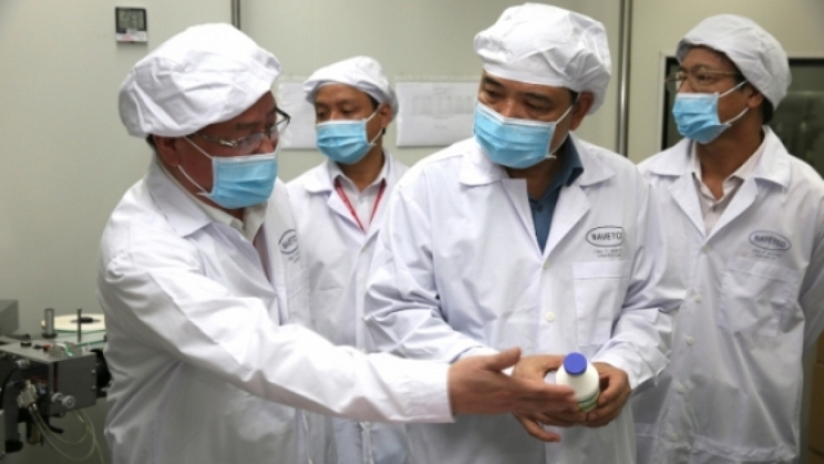 Leaders of the Ministry of Agriculture and Rural Development visit a production line of the ASF vaccine. (Photo: Hong Thuy).