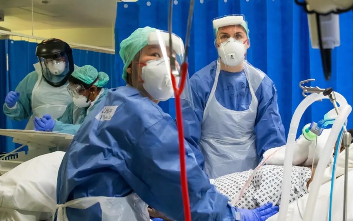 Điều trị bệnh nhân Covid-19 ở Anh. Ảnh: Guardian.