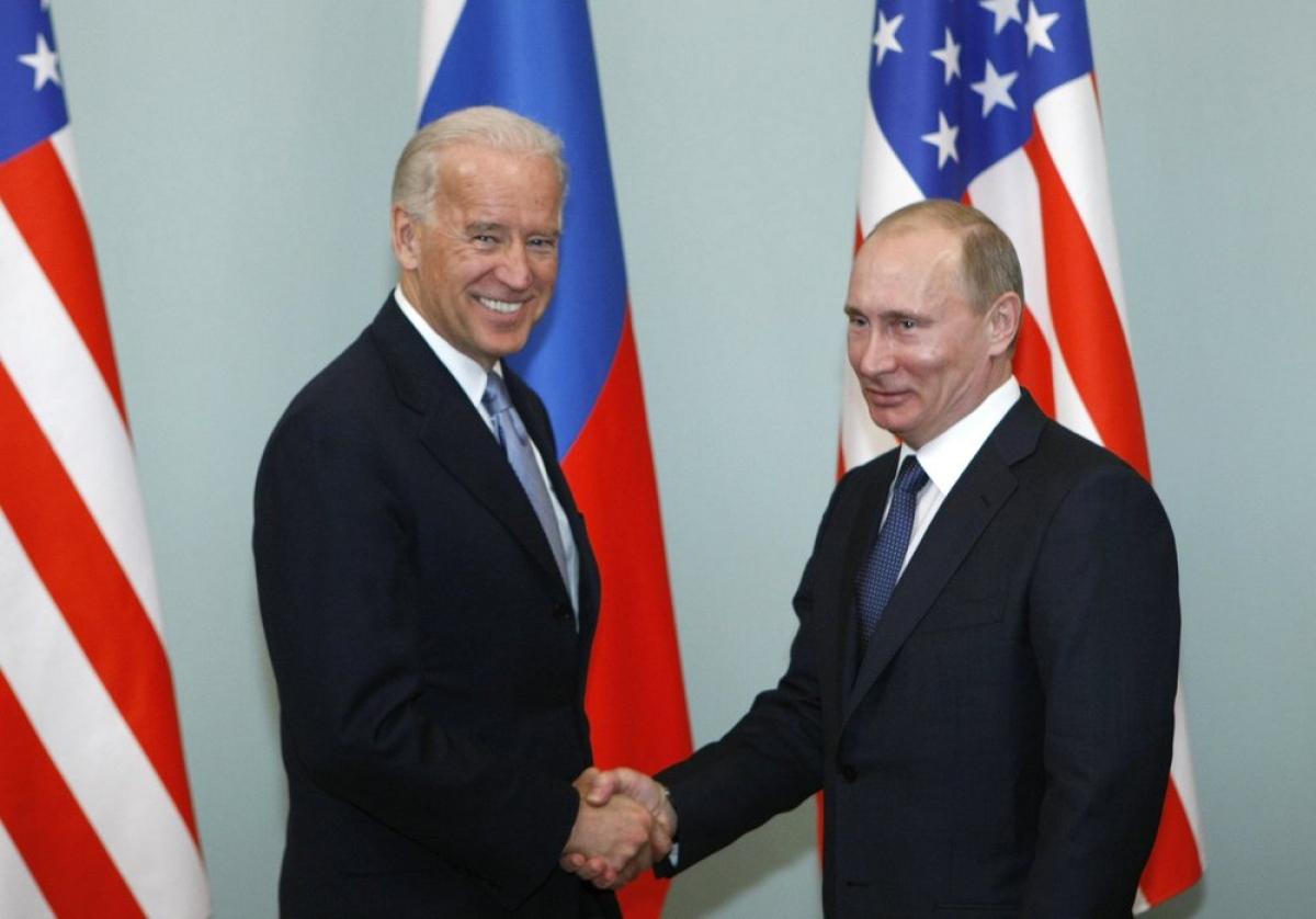 Ông Joe Biden khi còn là Phó Tổng thống bắt tay với Thủ tướng Nga Putin ở Moscow, Nga ngày 10/3/2011. Ảnh: AP