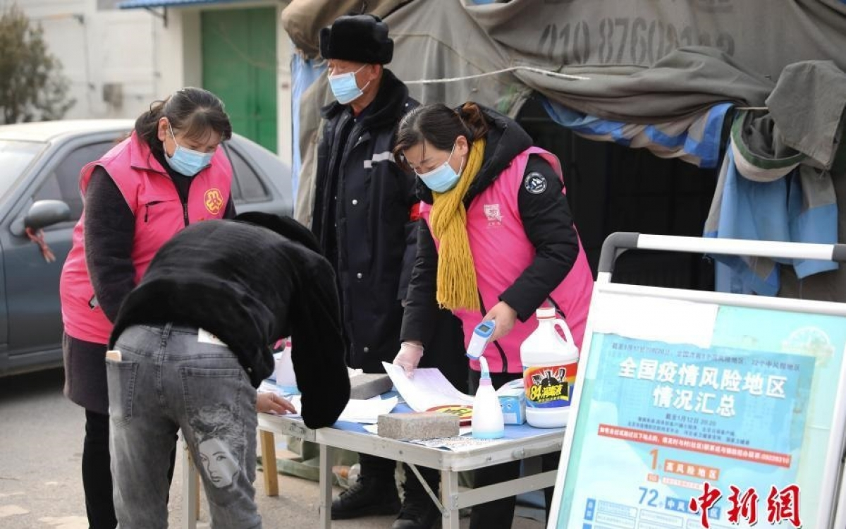 Người dân ra vào phải đăng ký thông tin ở khu vực có dịch ở Bắc Kinh. Ảnh: Chinanews.