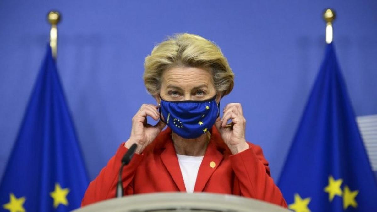 Chủ tịch Ủy ban châu Âu Ursula Von der Leyen đeo khẩu trang ngừa Covid-19. Ảnh: Euractive.