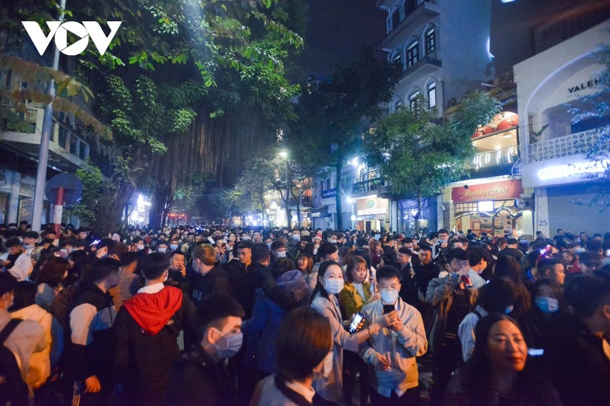 Biển người đổ ra đường đón Noel 2020 tại Hà Nội, điều khó có thể thấy ở nhiều quốc gia trên thế giới. Ảnh: Minh Tuấn/VOV.VN