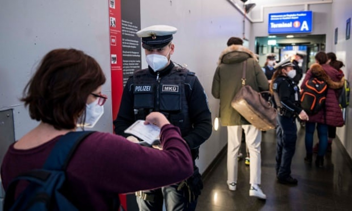 Cảnh sát Đức kiểm tra nhập cảnh trong bối cảnh Covid-19. Ảnh: DW.