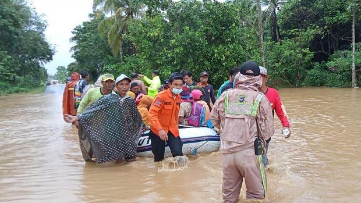 Sơ tán người dân vùng lũ. (Nguồn: Cơ quan Quản lý Thảm họa Indonesia)