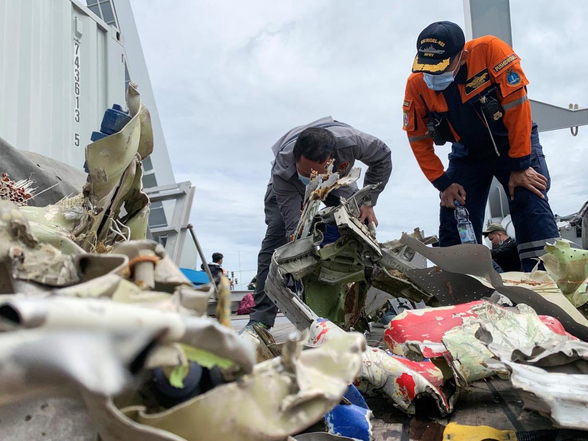 Indonesia tiếp tục tìm kiếm cứu nạn máy bay rơi thêm 3 ngày. Ảnh: Reuters