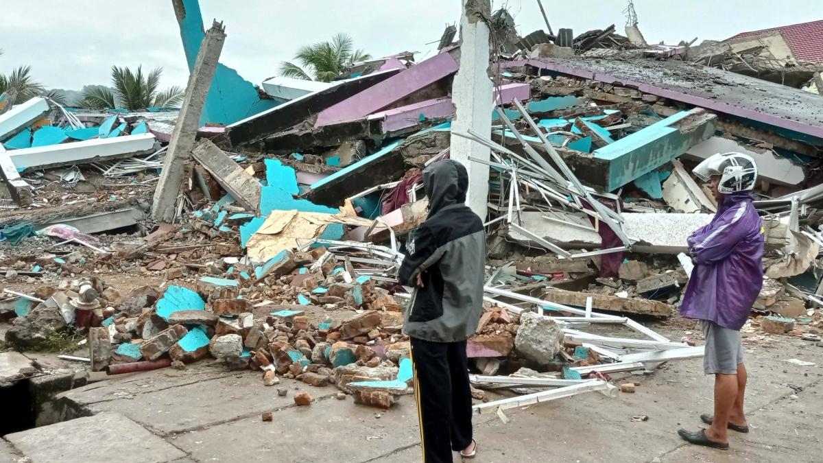 Indonesia tiếp tục tìm kiếm người mất tích, cảnh báo có thêm động đất mạnh. Ảnh: Reuters