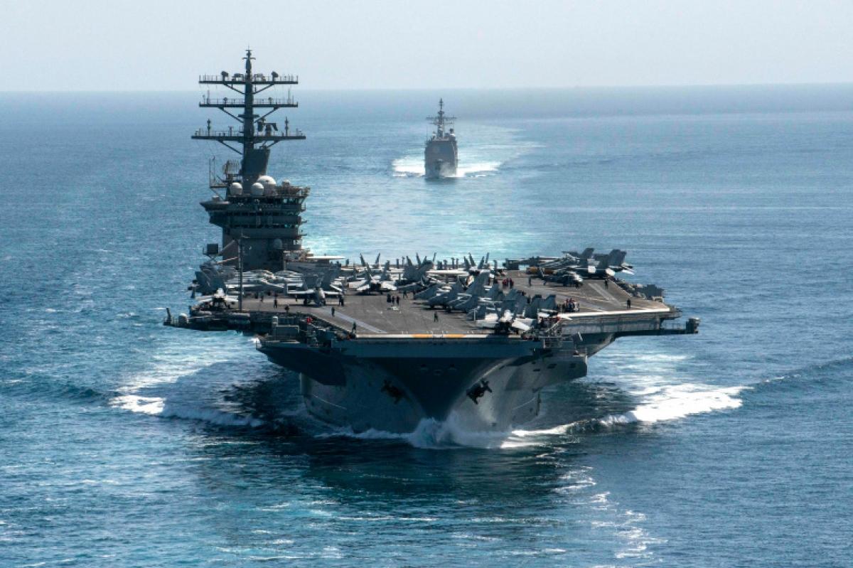 Tàu sân bay USS Nimitz (trước) và tàu tuần dương có tên lửa dẫn đường USS Philippine Sea đi qua Eo biển Hormuz. Ảnh: AFP