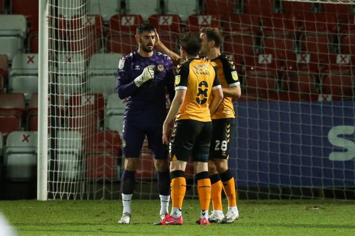 Thủ môn Tom King ăn mừng bàn thắng cùng các đồng đội. (Ảnh: Wales Online).