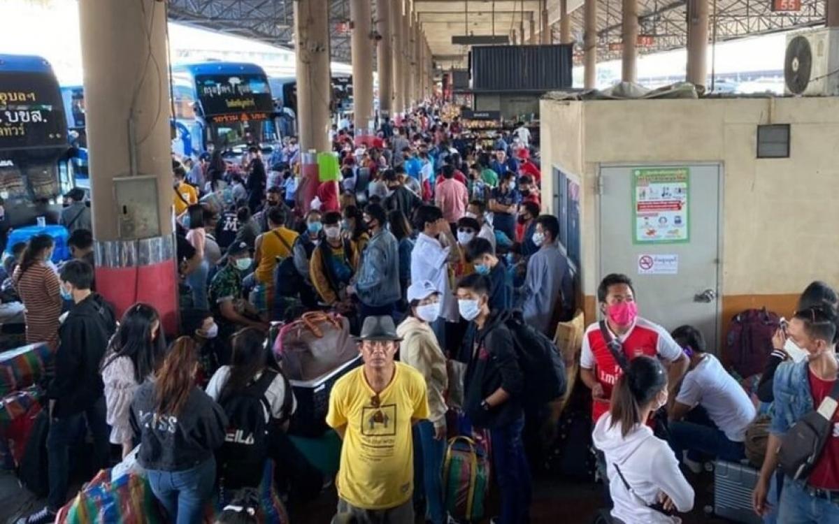 Người lao động Lào từ nước ngoài tiếp tục về nước.