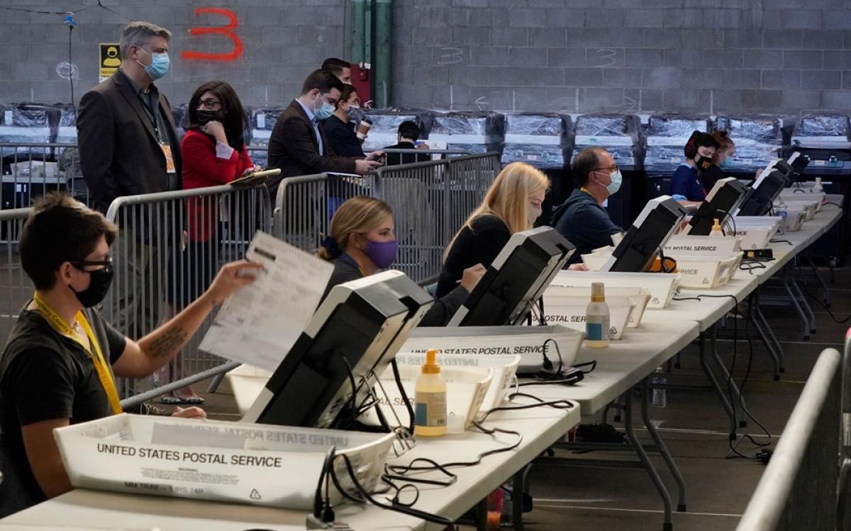 Nước Mỹ trải qua cuộc bầu cử tổng thống trong tình trạng dịch Covid-19 ở đây hết sức nặng nề. Ảnh: AP.