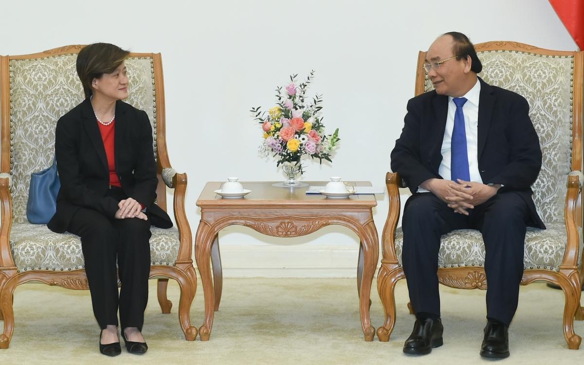 Prime Minister Nguyen Xuan Phuc (R) hosts outgoingSingaporean Ambassadorto VietnamCatherine Wong (Photo: VGP)