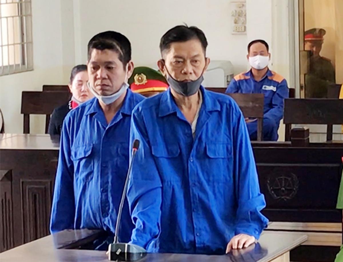 Hai bị cáo Bùi Tấn Quang và Nguyễn Tất Linh tại phiên tòa