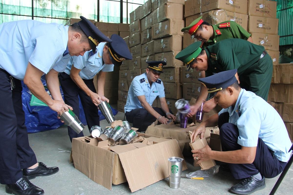 Cán bộ hải quan thực hiện hoạt động kiểm tra, kiểm soát chống buôn lậu, gian lận thương mại