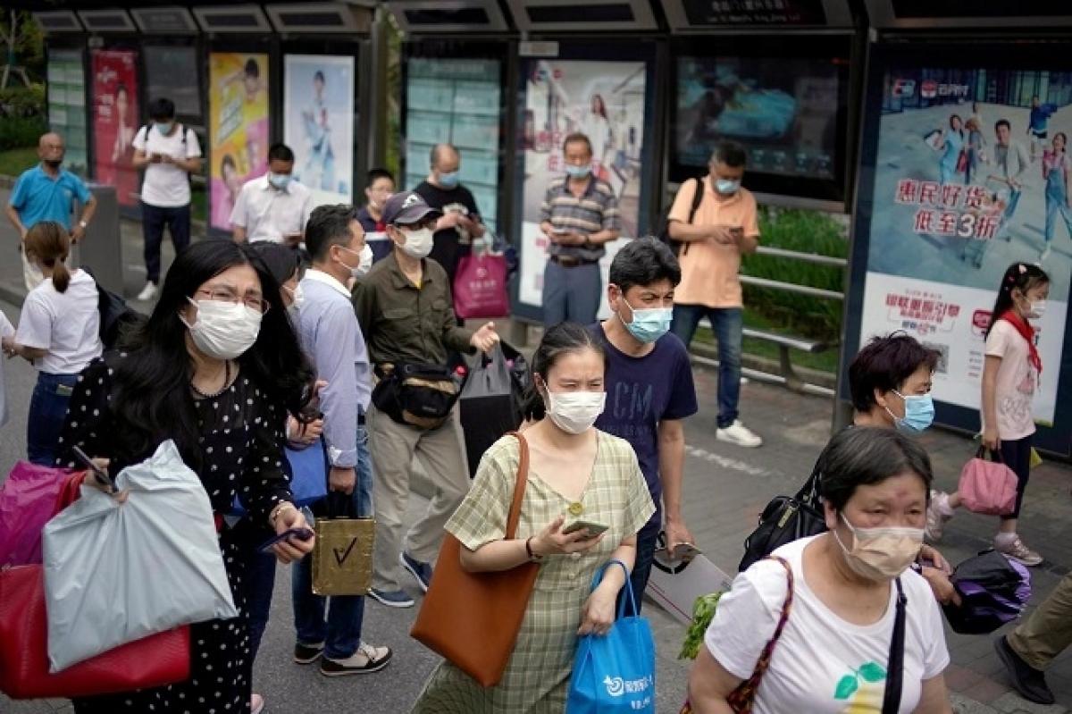 Đây là lần đầu tiên Trung Quốc phát hiện thấy loại virus gây ra đại dịch Covid-19 trên bao bì hàng may mặc. Ảnh minh họa: Reuters
