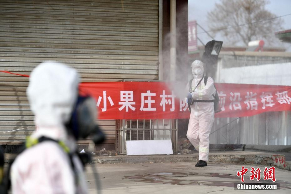 Nhân viên y tế phun thuốc diệt khuẩn tại quận Cảo Thành, khu vực nguy cơ cao vì dịch Covid-19 ở tỉnh Hà Bắc, Trung Quốc ngày 15/01. Ảnh: Chinanews