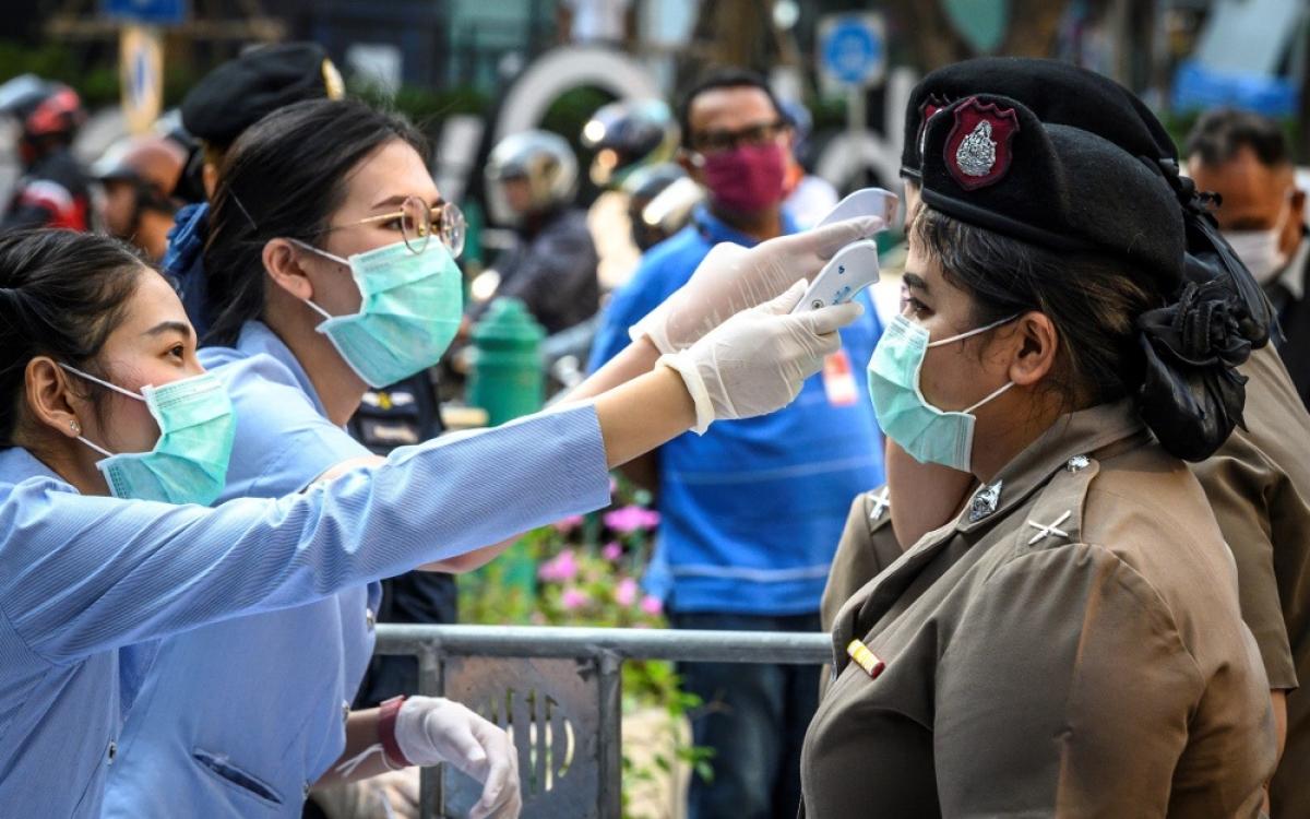 Kiểm tra thân nhiệt ngừa Covid-19 ở Thái Lan. Ảnh: AFP.