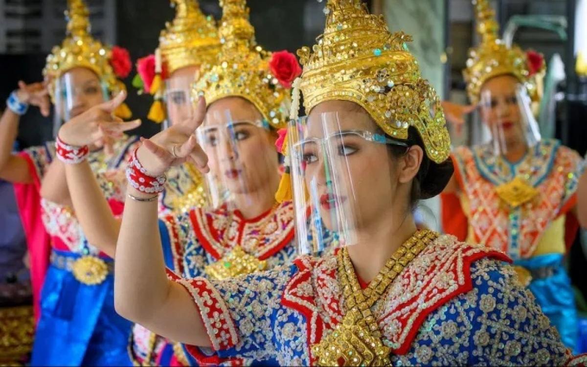 Vũ công Thái Lan đeo tấm chắn Covid-19. Ảnh: AFP.