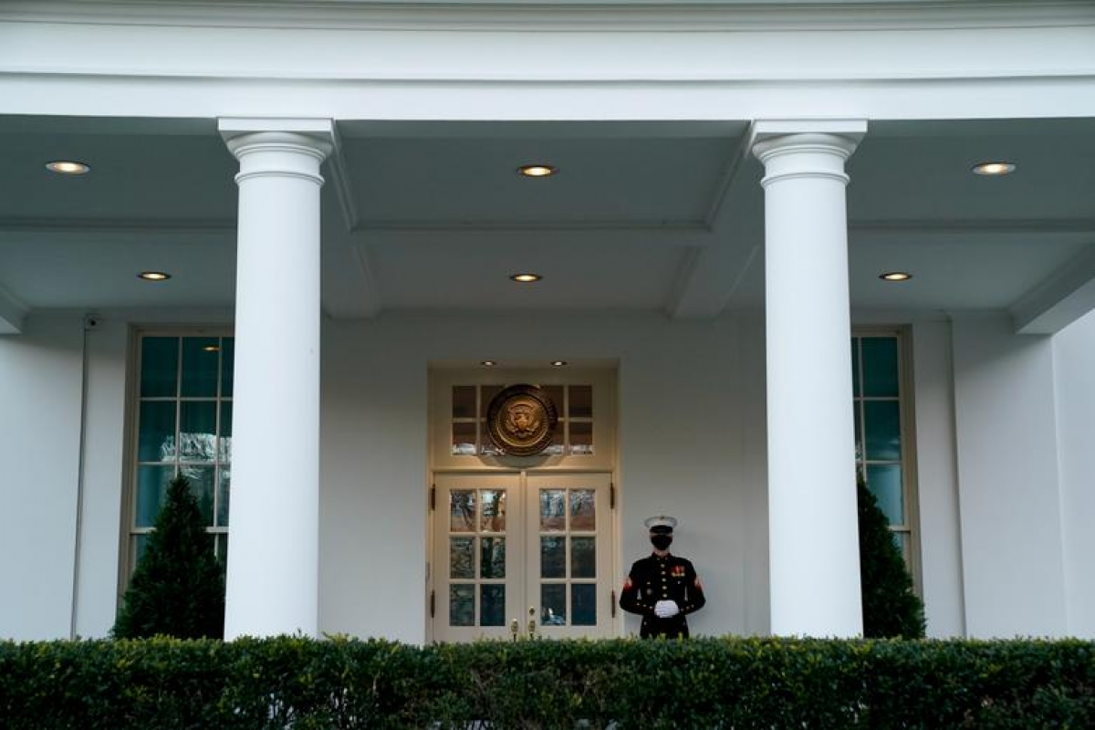 Một binh lính Thủy quân Lục chiến đứng ngoài Cánh Tây Nhà Trắng, dấu hiệu cho thấy Tổng thống Trump đang ở trong phòng Bầu dục. Ảnh: Reuters