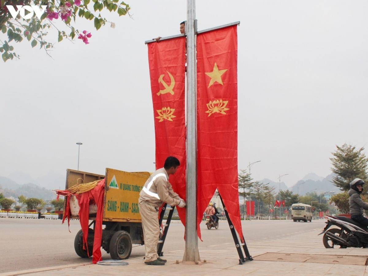 Công nhân thành phố Sơn La chỉnh trang đô thị hướng về Đại hội Đảng lần thứ XIII sắp diễn ra