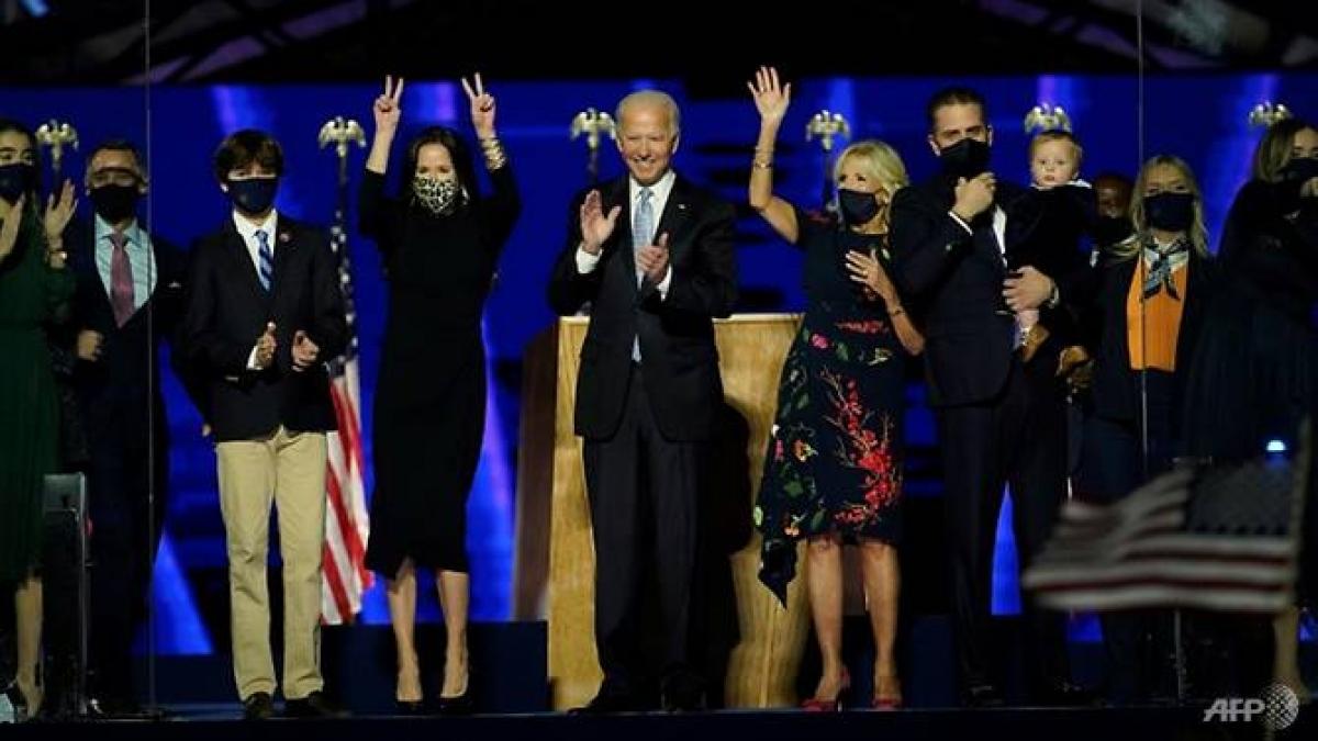 Tổng thống đắc cử Joe Biden cùng với phu nhân và các thành viên khác trong gia đình ăn mừng sau khi có bài phát biểu ở Wilmington, Delaware ngày 7/11/2020. Ảnh: AFP