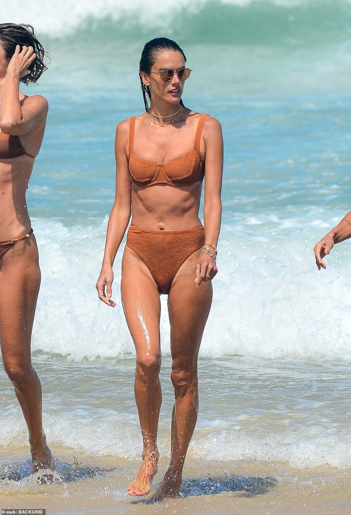 Alessandra Ambrosio đi chơi biển ở quê nhà Florianopolis (Brazil) vừa qua.