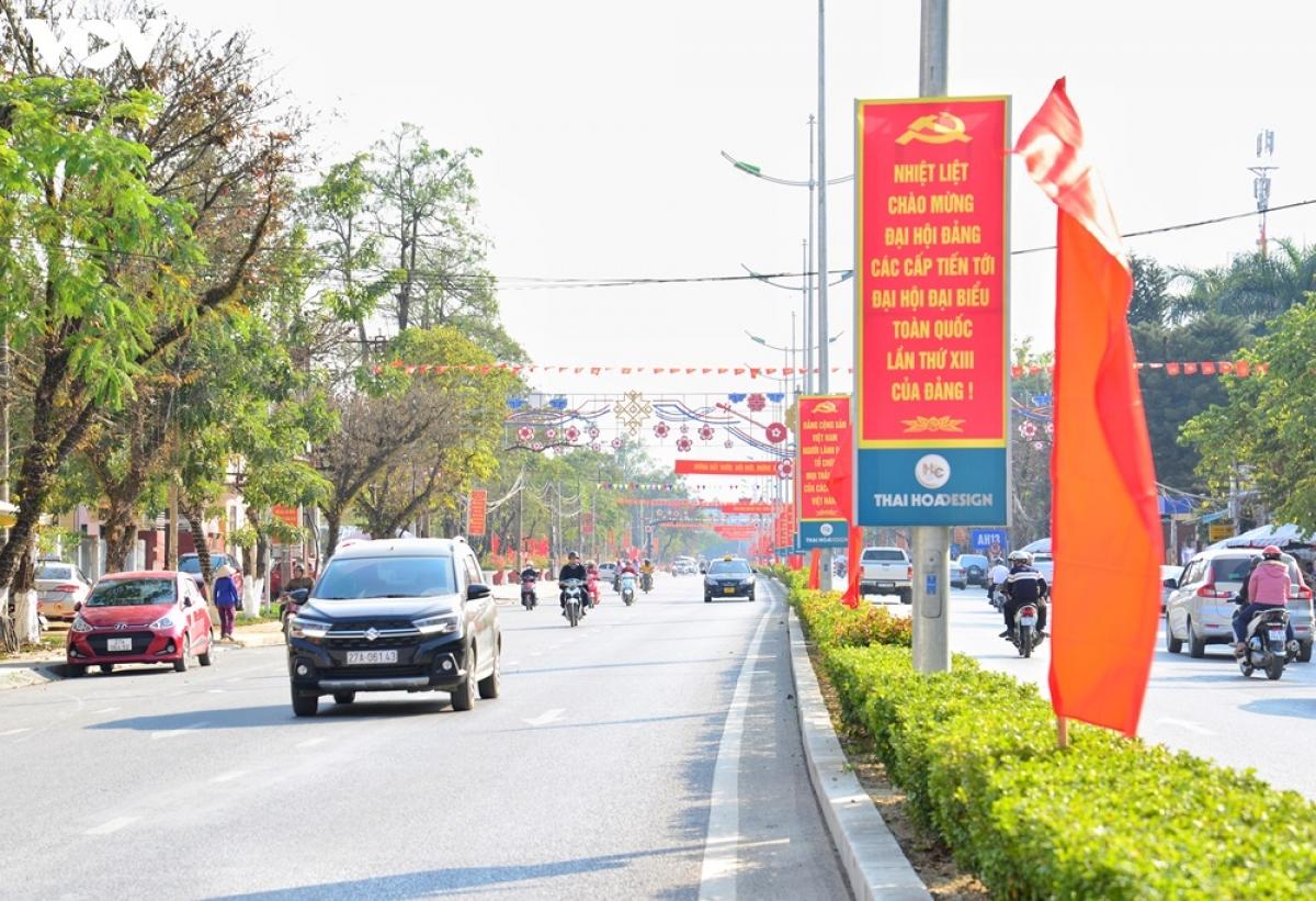 Trên các tuyến phố đều ngập tràn sắc đỏ của cờ, biểu ngữ chào đón sự kiện lớn của đất nước.