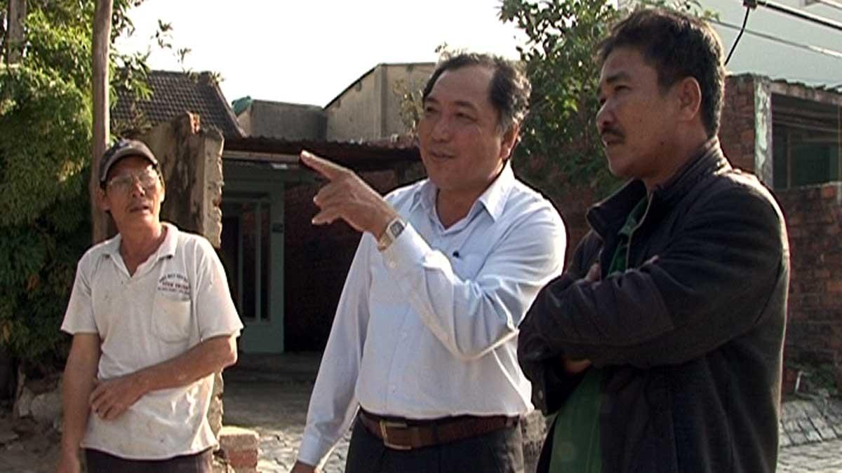 Một cán bộ quận Ngũ Hành Sơn đối thoại trực tiếp lắng nghe ý kiến của dân khi thực hiện giải phóng mặt bằng.