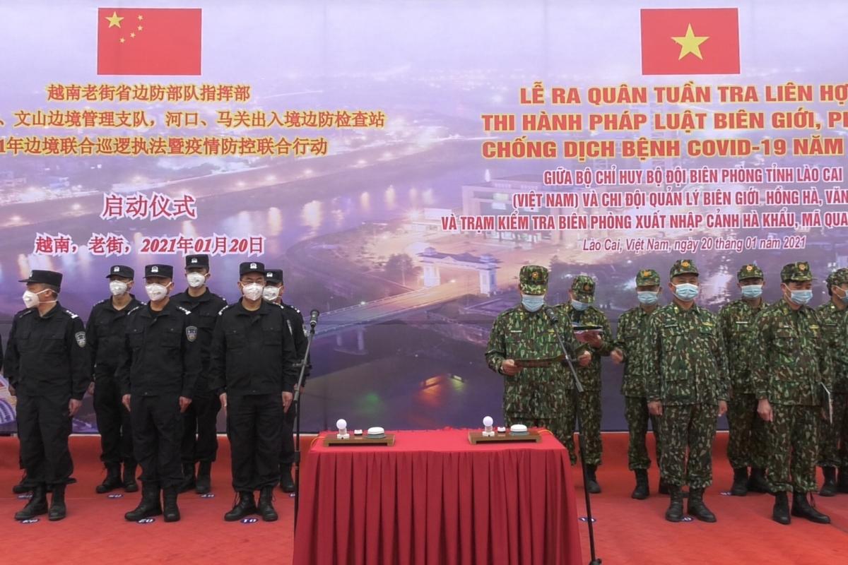Cán bộ chiến sĩ của Việt Nam (bìa phải) và Trung Quốc (bìa trái) tham dự buổi lễ
