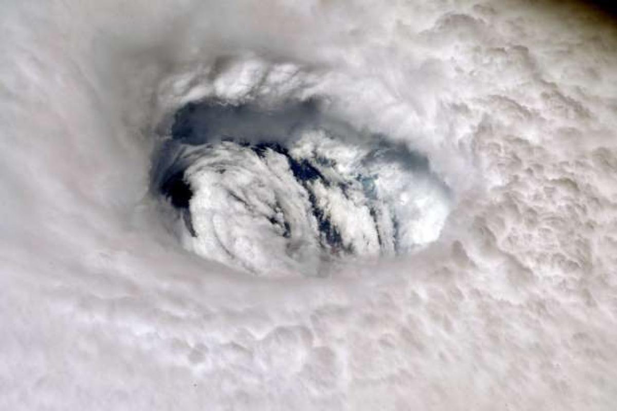 """Mắt bão: Phi hành gia Nick Hague đã chụp bức ảnh mắt bão Dorian từ Trạm Vũ trụ Quốc tế (ISS). """"Bạn có thể cảm thấy sức mạnh của cơn bão khi bạn nhìn từ trên xuống"""", nhà du hành vũ trụ này cho hay."""