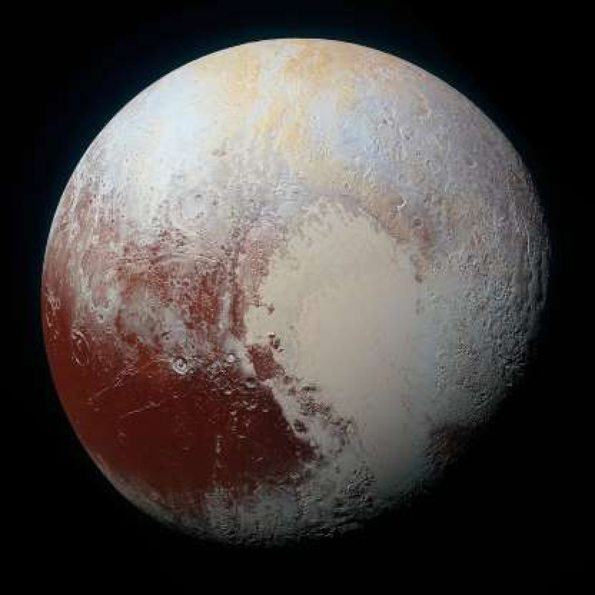 """Sao Diêm vương từng được coi là hành tinh thứ 9 trong Hệ Mặt trời nhưng năm 2006 đã bị """"giáng cấp"""" xuống chỉ còn là một """"hành tinh lùn"""". Dù thay đổi tình trạng liên tục nhưng một điều không thể phủ nhận là vẻ đẹp ngoạn mục của Sao Diêm Vương qua bức ảnh được chụp từ tàu thăm dò New Horizons của NASA."""