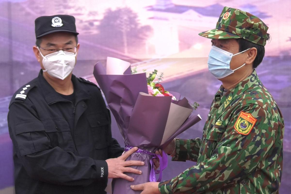 Chỉ huy trưởng quản lý biên giới Hồng Hà - Trung Quốc tặng hoa cho Chỉ huy trưởng BĐBP tỉnh Lào Cai - Việt Nam