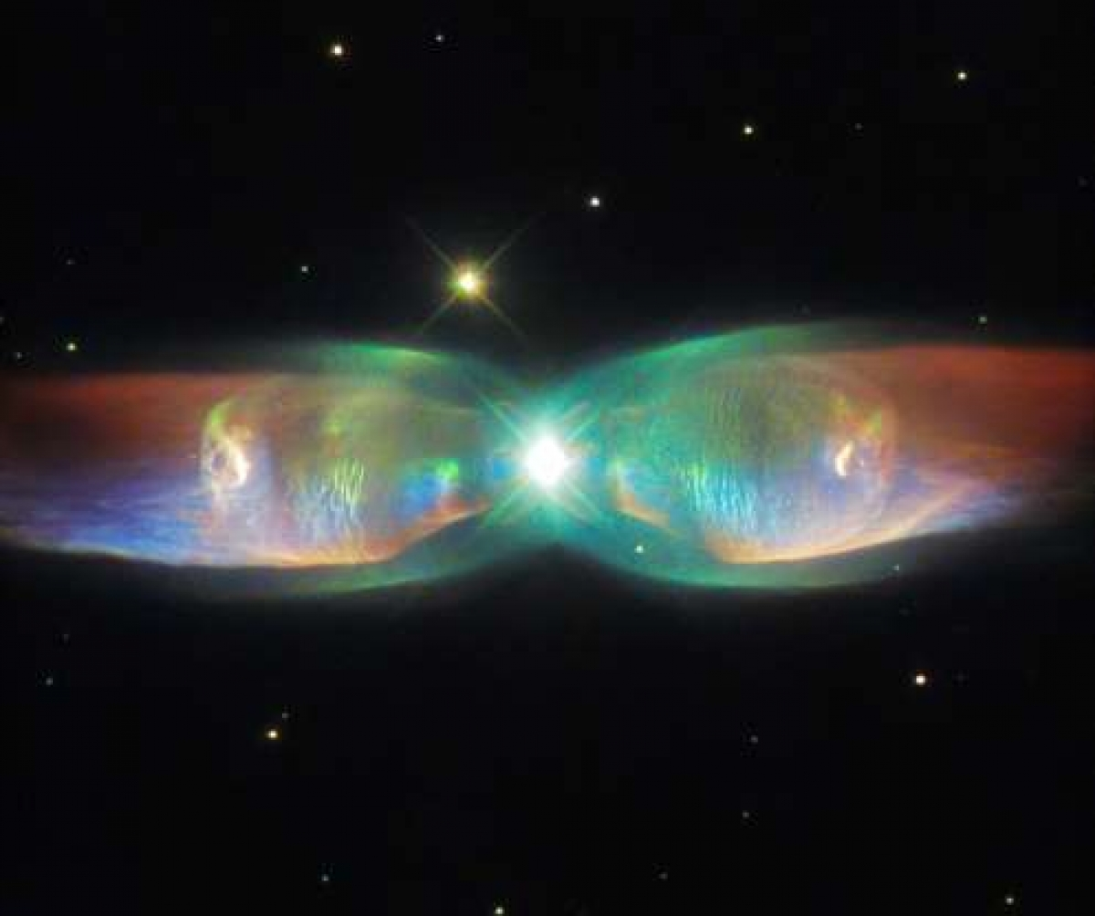 """Twin Jet Nebula (Tinh vân Cánh bướm) là một trong những thiên thể ấn tượng nhất mà NASA từng chụp được. Đây là một ví dụ của tinh vân hành tinh lưỡng cực, được hình thành khi vật thể trung tâm không phải là một ngôi sao đơn mà là một cặp sao. Với """"đôi cánh"""" rực rỡ sắc màu, luồng khí gas thoát ra từ hệ sao này có tốc độ lên tới hơn 1 triệu km/h."""