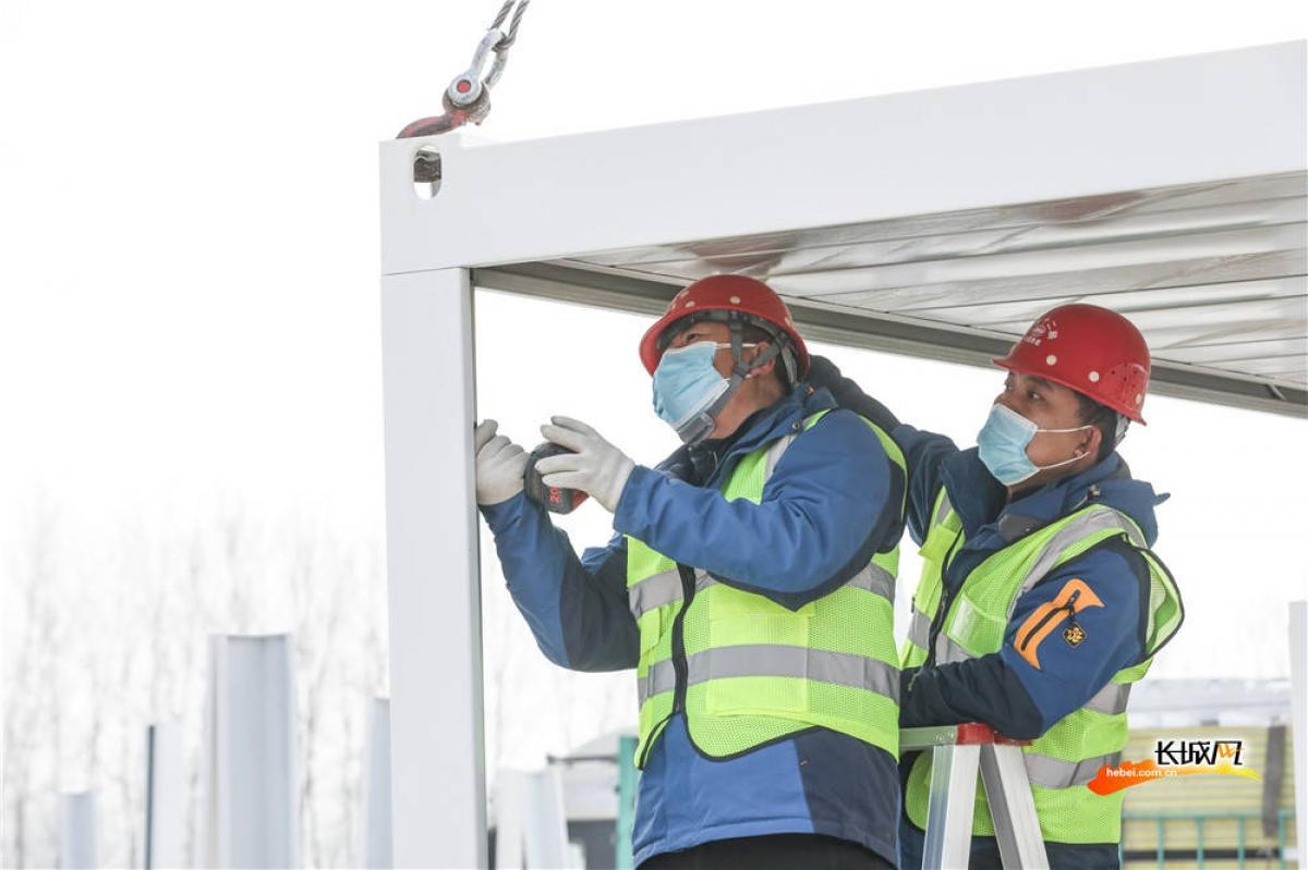 Công nhân Cục 2 Tập đoàn xây dựng Trung Quốc đang lắp ghép phòng cách ly, dự kiến đến ngày 15/1 sẽ lắp ghép được 600 phòng. Nguồn: Sohu