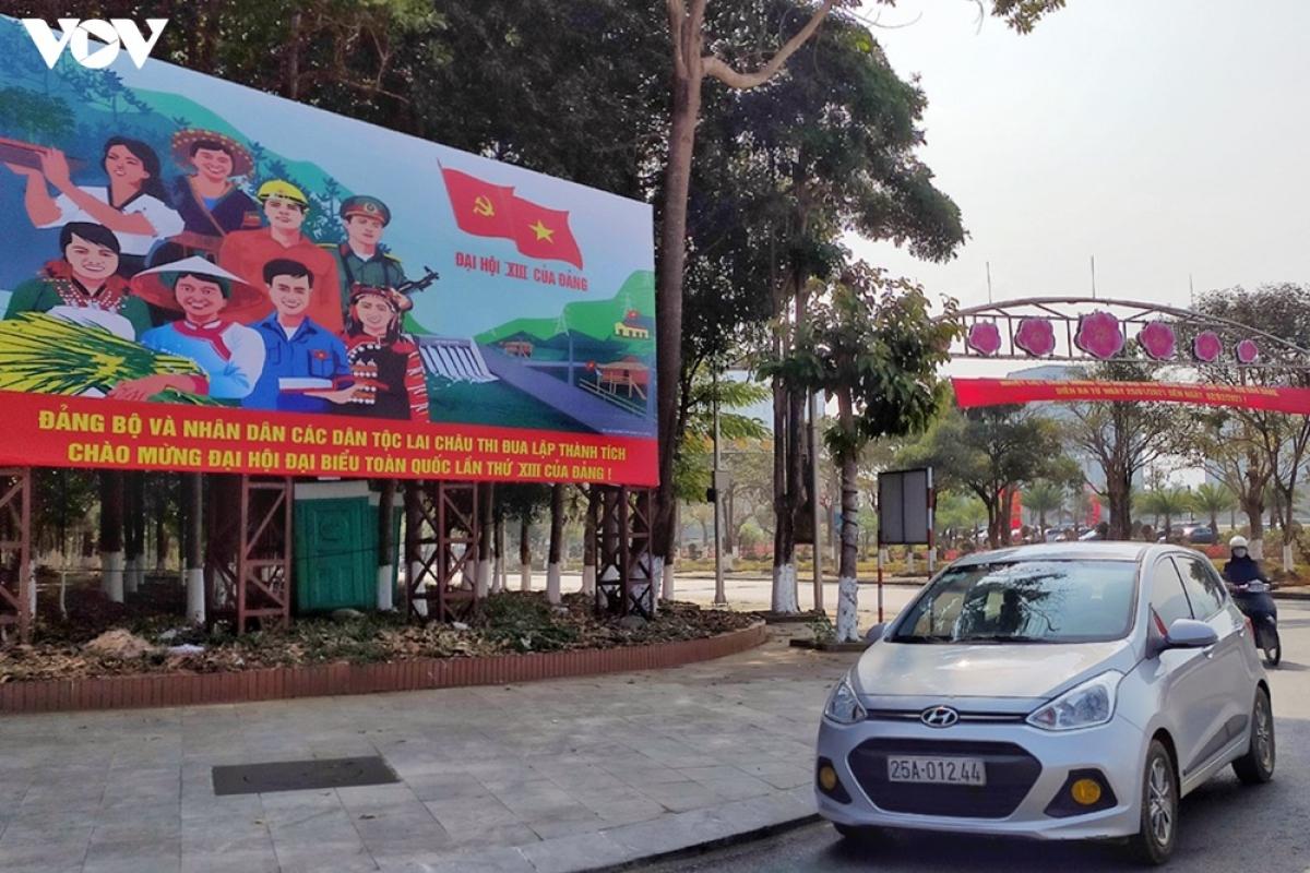 Thành phố Lai Châu trong sắc đỏ màu cờ và băng rôn khẩu hiệu chào mừng.
