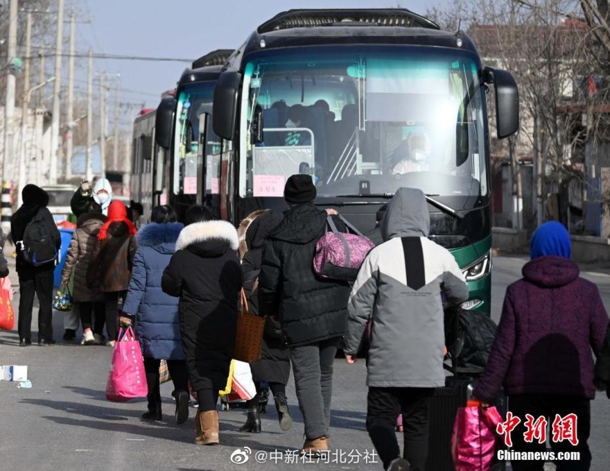 Người dân chuẩn bị lên xe đến các trung tâm cách ly. Nguồn: Chinanews