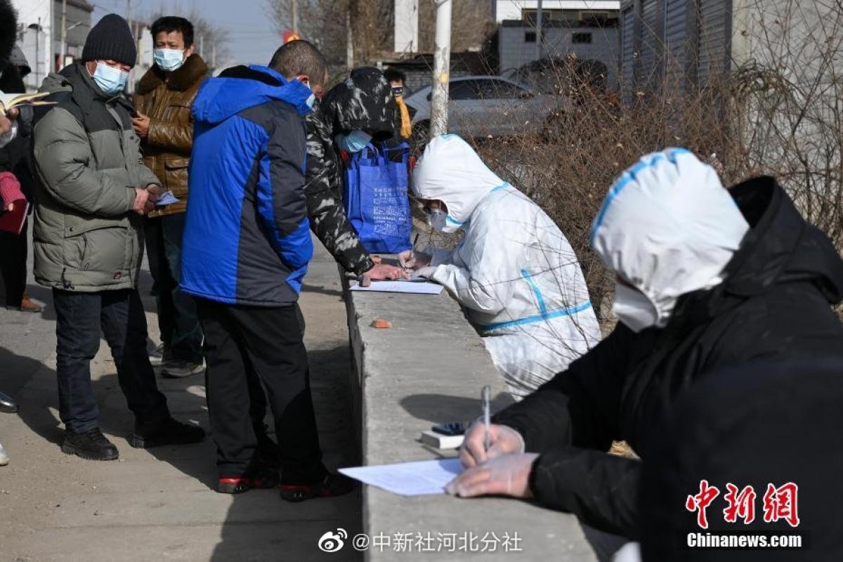 Nhân viên y tế lưu các thông tin của người dân trước khi đến trung tâm cách ly. Nguồn: Chinanews