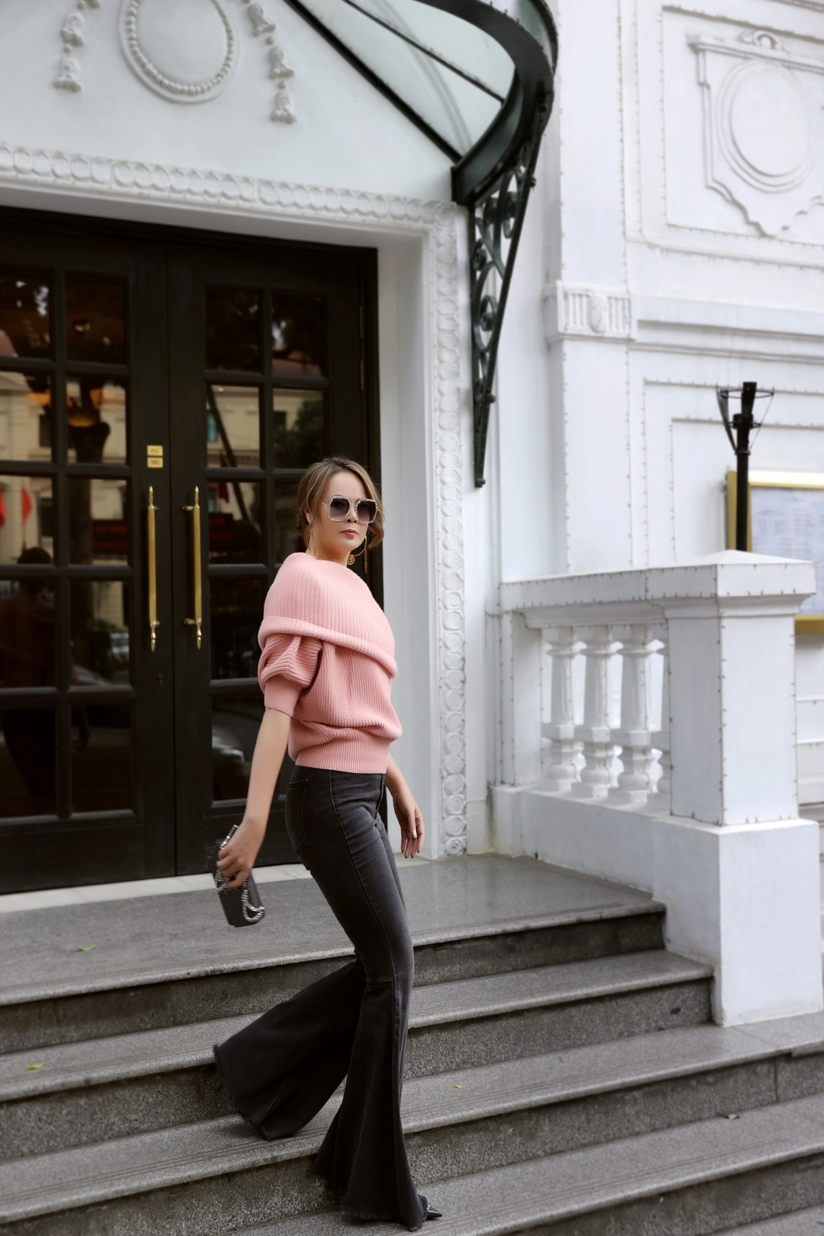 Nếu trời lạnh, chị chọn mặc 1 cái áo nhẹ bên trong và 1 cái áo khoác đủ ấm, chứ không mặc quá nhiều áo quần, ảnh hưởng phong cách thời trang.